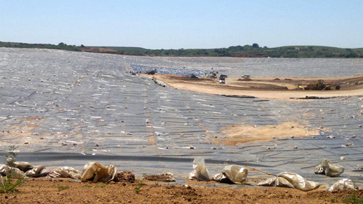 Laguna de relaves de cianuro en construcción en Minas de Corrales. El cianuro entra en régimen de admisión temporaria, pero queda como desecho en el lugar. ¿Quién se hará cargo de la herencia ambiental de Orosur cuando se retire?