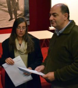 Aníbal Bentos, único edil presente, recibe el petitorio y un acta notarial que certifica el número de firmas entregadas.