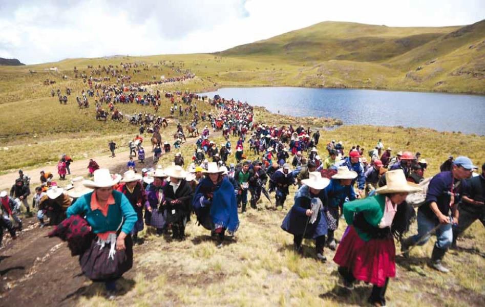 Pobladores andinos de comunidades cercanas a Conga marchan en protesta junto a la Laguna Cortada, Cajamarca, Perú / Foto AFP Ernesto Benavides.