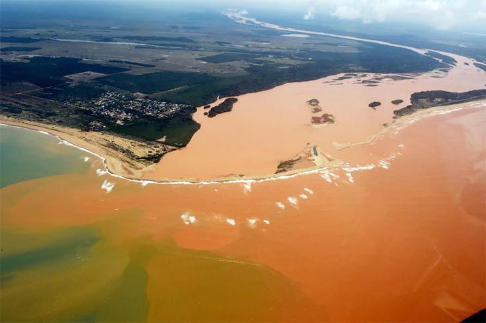 Llegada del barro contaminado al Océano Atlántico.