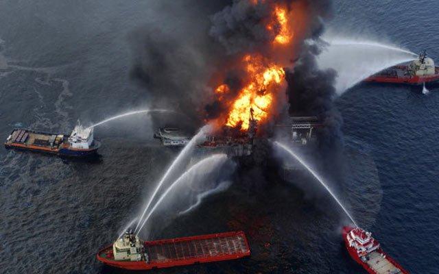 """Explosión y derrame de la plataforma """"Deepwater Horizon"""" operada por BP en el Golfo de México."""